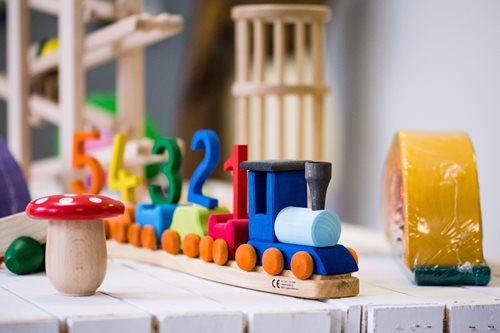 Nestchen-Halle-Holzspielzeug-kaufen-Eisenbahn